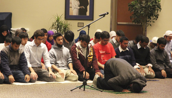 Students pray before the Fast-A-Thon dinner on Tuesday, Nov. 1 in the Wool Ballrooms. (Curtis Wang / Multimedia Director)