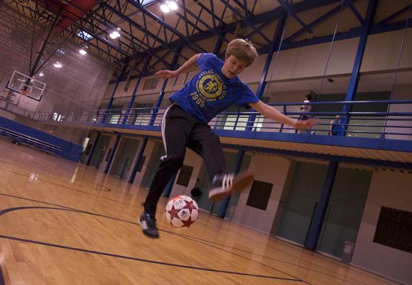 Freshman juggling sensation Wes Dorman executes his favorite move, the double- around the world. Shah (Yuqing Xia) / Photo Editor